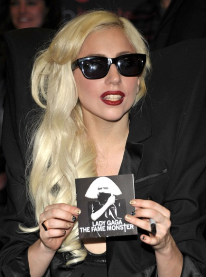 gaga best buy 2 Hot Shots: Lady GaGas Monster Set Loose At Best Buy