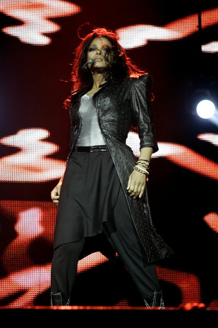 6i8b9x Hot Shots: Janet Rocks Jingle Bell Ball