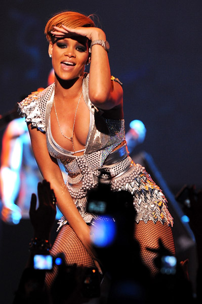 r3 Hot Shots: Rihanna Peforms At MySpace Concert