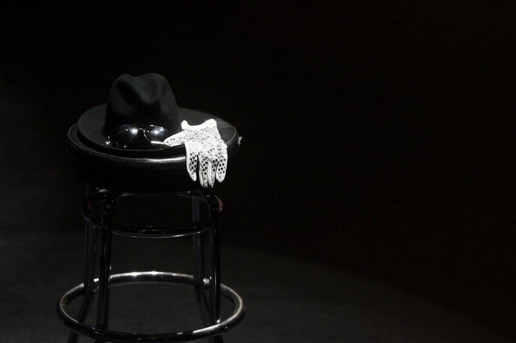 Photo-Michael-Jackson-Hat-and-Glove-1024x682