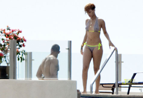 rik3 Hot Shots: Rihanna Snapped Kissing New Man