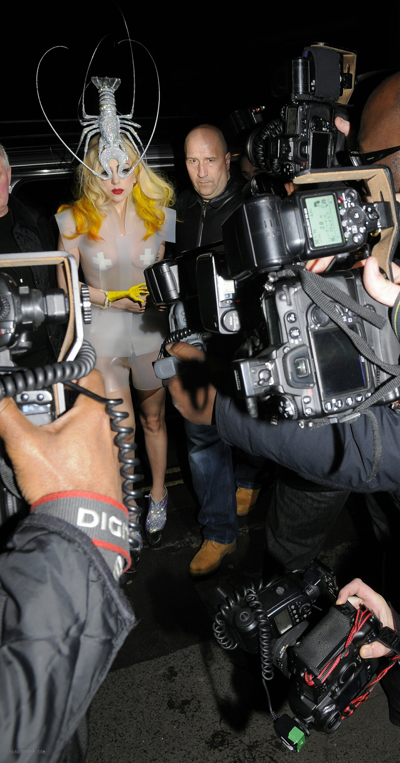 gaga y Hot Shots: Lady Gaga At Mr Chows   With Lobster On Her Head