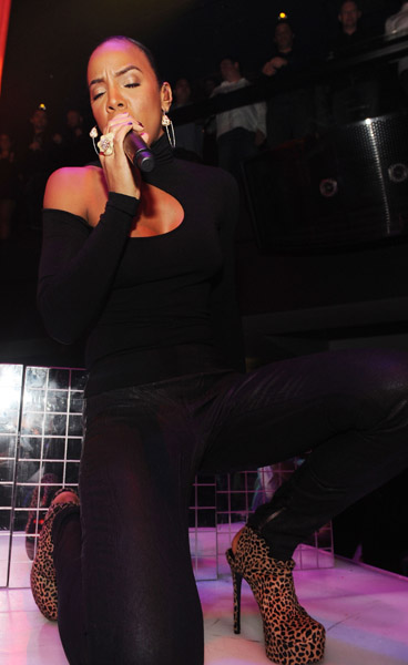 kelly haze 3 Hot Shots: Kelly Rowland At Haze Las Vegas