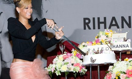 Hot Shots: Rihanna Goes Pink In Seoul