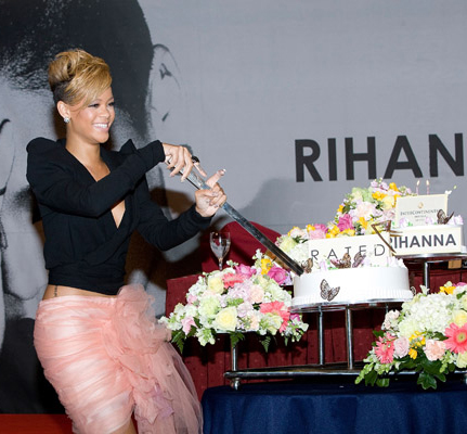 thatgrapejuice17 Hot Shots: Rihanna Goes Pink In Seoul