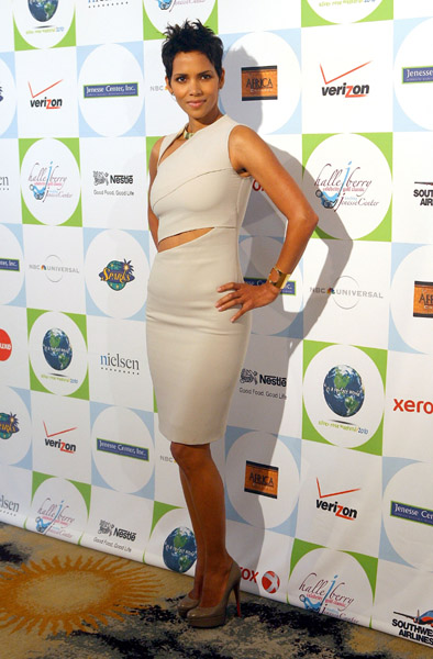 halle work Hot Shots: Jamie Foxx, Leona, Alicia Keys & Halle Berry At Jenesse Center Gala