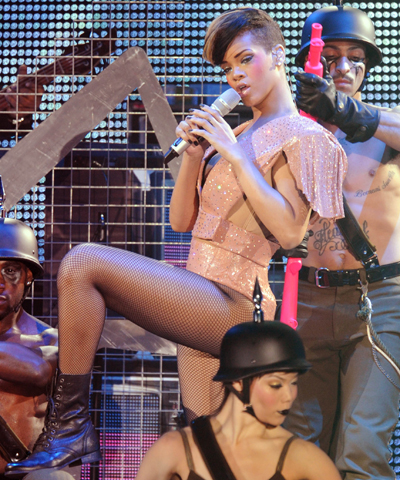 rr Hot Shots: Rihanna Ups The Sexy In Germany