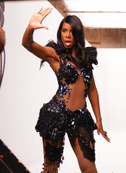 kelly commander 7 e1273920372391 Hot Shots: Kelly Rowland Shoots Commander
