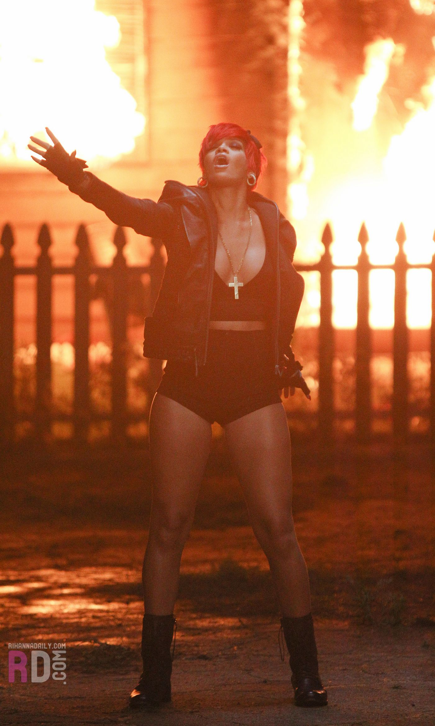 ririri Hot Shots: More Pics Of Rihanna On Set Of Love The Way You Lie