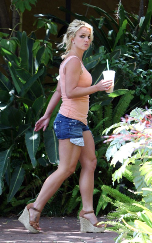 britney album 3 Hot Shots: Britney Arrives At Recording Studio