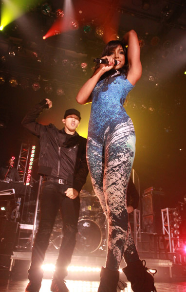 kelly wa Hot Shots: Kelly Rowland Rocks Walmart Soundcheck