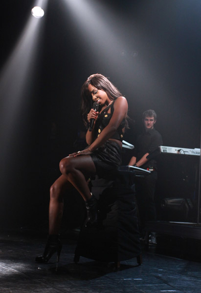 kelly walm Hot Shots: Kelly Rowland Rocks Walmart Soundcheck