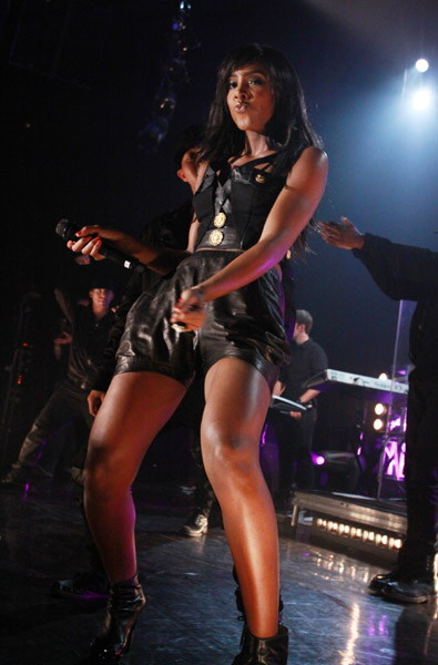 kelly walmart 2 Hot Shots: Kelly Rowland Rocks Walmart Soundcheck