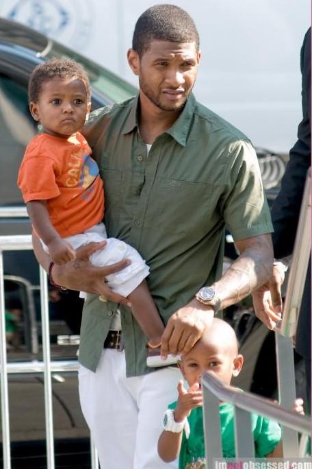 usher 56 e1282382271825 Hot Shots: Usher Takes Kids For A Stroll