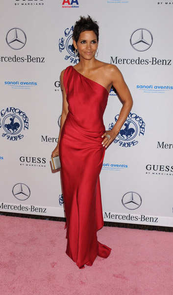 halle 432 Hot Shots: Stars Come Out For Carousel Gala