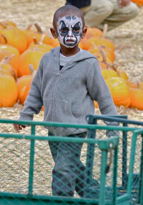 usher3 Hot Shots: Usher Spends Birthday With Sons In Pumpkin Patch