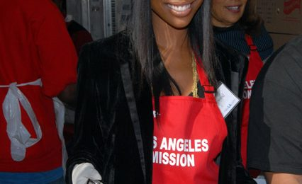 Hot Shots: Brandy Spreads Christmas Cheer