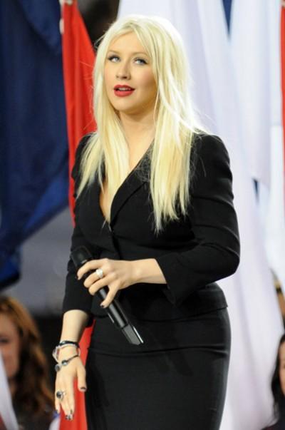 christina superbowl anthem e1297077240739 Aguilera Apologises For Super Bowl Performance