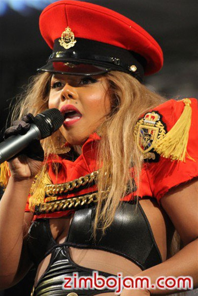 kim zim1 Hot Shots: Lil Kim Takes Control In Zimbabwe
