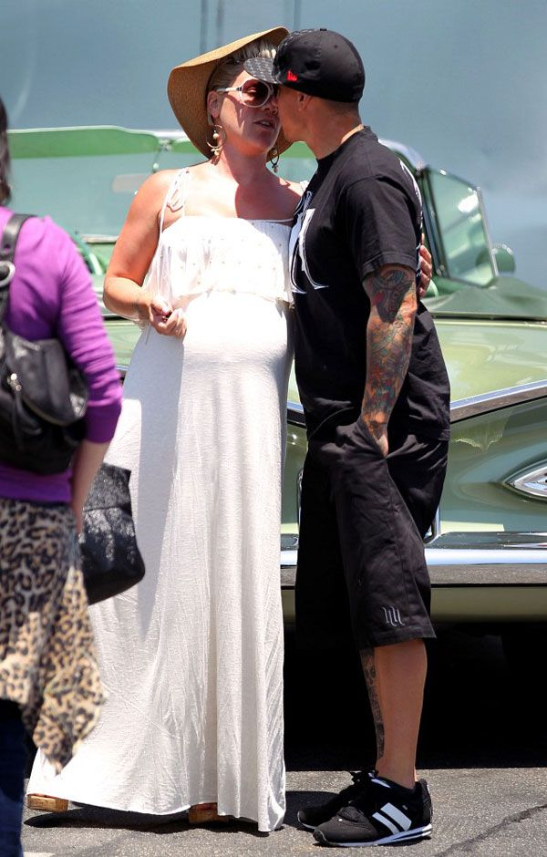 pink pregnant 2 Hot Shots: Pregnant Pink Spotted In Malibu