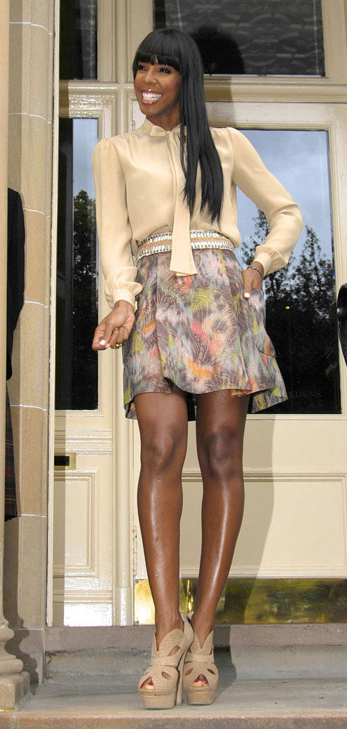 kelly xfactor2 Hot Shots: Rowland Rocks Demure Look To Day 3 of X Factor Auditions