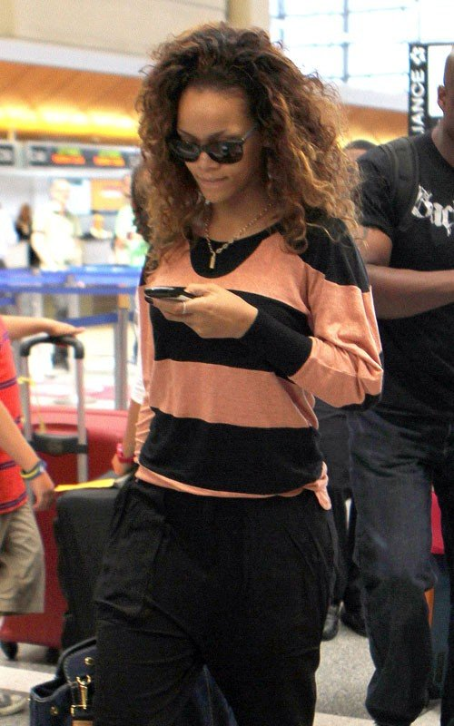 riri 3 Hot Shots: Rihanna Flies Under The Radar At LAX