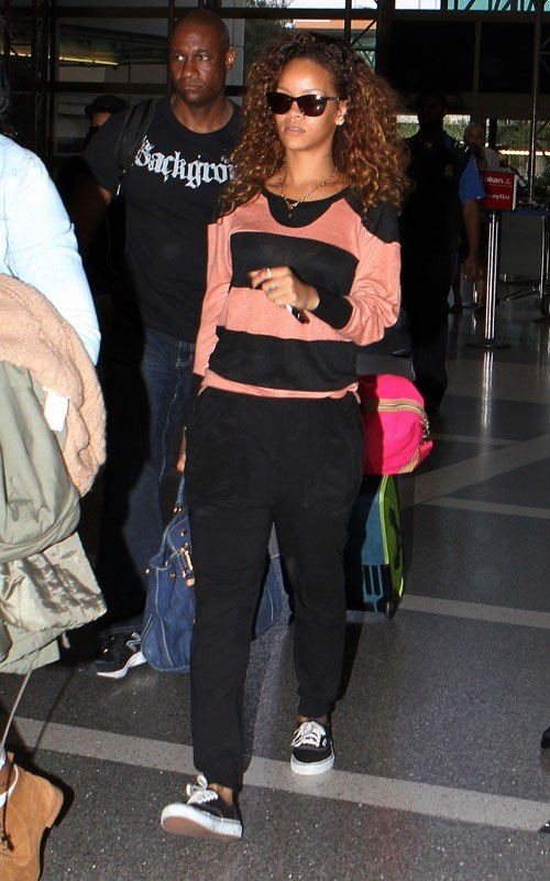 riri 4 Hot Shots: Rihanna Flies Under The Radar At LAX