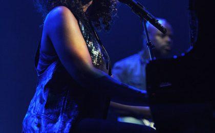 Alicia Keys - 25 41 - ..  That Grape Juice.net  .. - Thirsty  2aaf196e727a