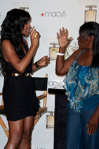 kelly with deaf fan Hot Shots: Diddy Debuts His Empress   Kelly Rowland
