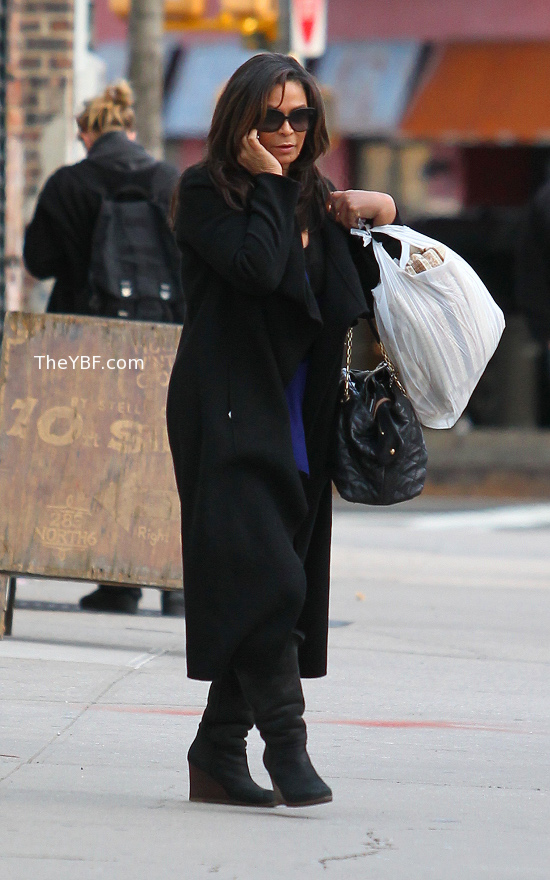 Tina Knowles ducks Paps Hot Shots: Camp Knowles Duck Paparazzi In NYC