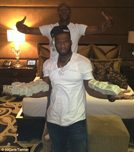 50 cent  Hot Shots: 50 Cent Flaunts Stacks Of Cash In Vegas