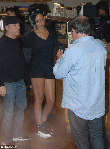 riri in santa monica 2 Hot Shots: Rihanna Enjoys Wild Night In Santa Monica