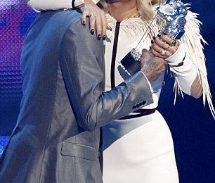 Hot Shots: Chris Brown Enjoys VMAs With Rita Ora