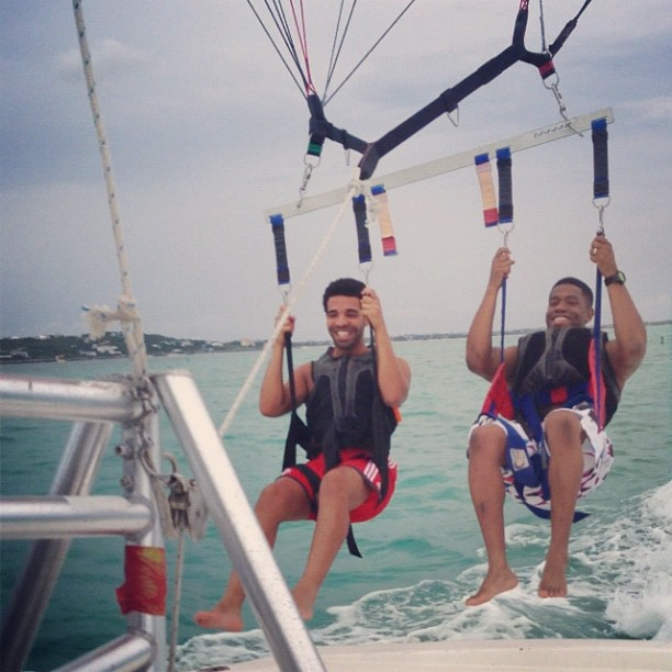 DRAKE SHARES VACATION WITH FANS Hot Shots: Drake Shares Vacation With Fans