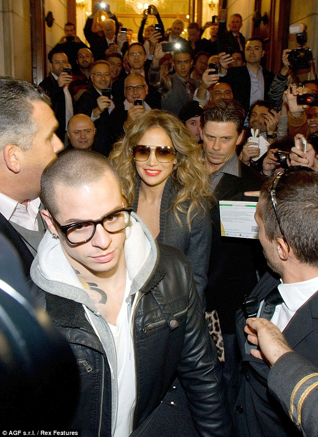 JENNIFER LOPEZ MOBBED BY FANS IN BOLOGNA