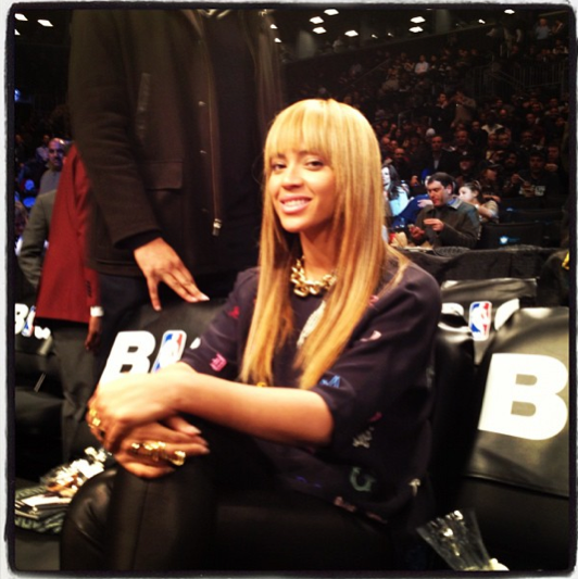 ScreenShot2012 11 26at94014PM Hot Shots: Beyonce & Jay Z Support Clash Of The Burroughs Game