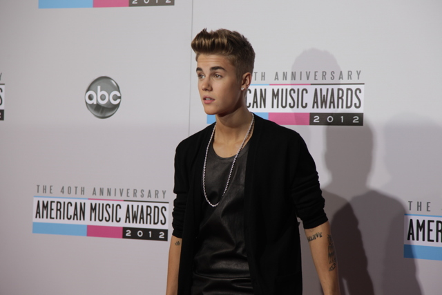 e50aa338 b2cc 4935 b687 2da5c4bef922 640x427 American Music Awards 2012: Red Carpet