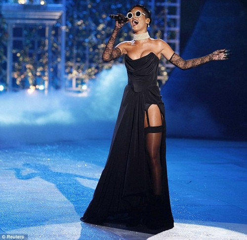 rihanna vs show e1352393334436 Watch: Rihanna Performs Diamonds At Victorias Secret Show (Clip)