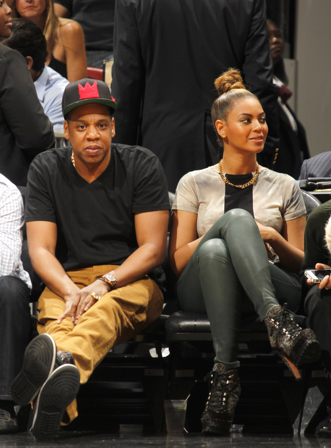 ScreenShot2012 12 11at92913AM Hot Shots: Beyonce & Jay Z Heat Up Courtside
