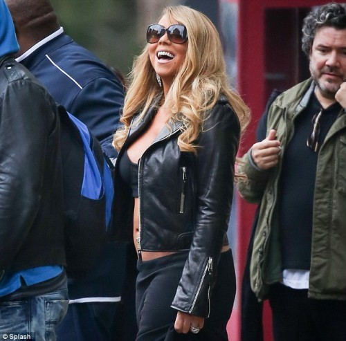 mariah midrift 2013 e1359623979238 Hot Shots: Mariah Carey Bares Midriff In NYC