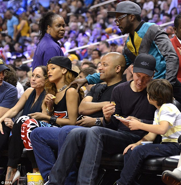 RIHANNA JAY BROWN THAT GRAPE JUICE 4 Hot Shots: Rihanna Hits Lakers Game With Jay Brown
