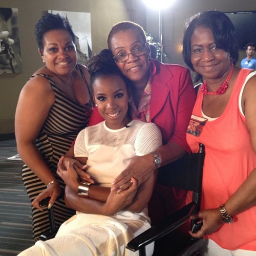 kelly rowland mom aunts xfactor e1371032192375 Kelly Rowland Cosies Up With Mom & Aunts At X Factor / Beyonce Shares Talk A Good Game Excitement