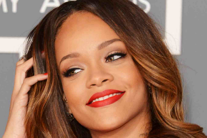 RIHANNA THAT GRAPE JUICE For Shame! : Drunk Rihanna Escorted Out Of Festival