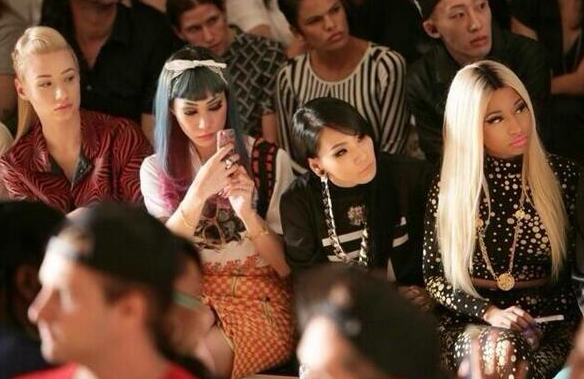 iggy azalea 2ne1 nicki minaj that grape juice Hot Shot: Iggy Azalea & 2NE1 Meet Nicki Minaj At Jeremy Scott Show