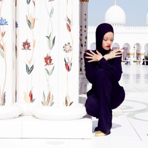 Rihanna abu dhabi that grape juicejpg Hot Shot: Rihanna Strips Off For Mac Viva Glam