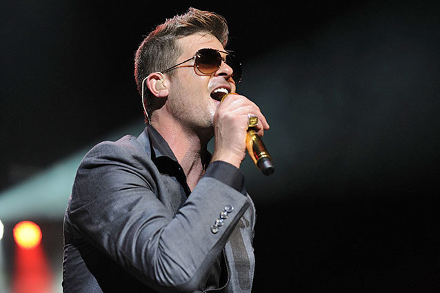 1910153 Robin Thicke Breaks Down On Stage:  Im Trying To Get My Girl Back