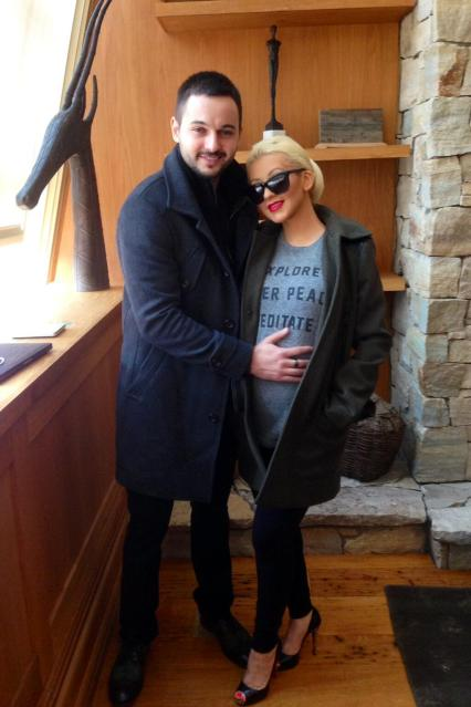 christina aguilera baby bump Hot Shot: Christina Aguilera Flaunts Baby Bump With Fiance