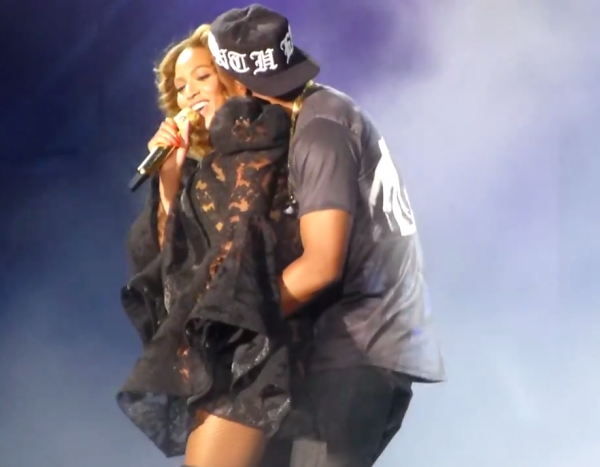 Beyonce Jay Z Drunk In Love that grape juice 600x467 Drunk in Love: Beyonce & Jay Z Rock Citizens Bank Park With Raunchy Perfomance