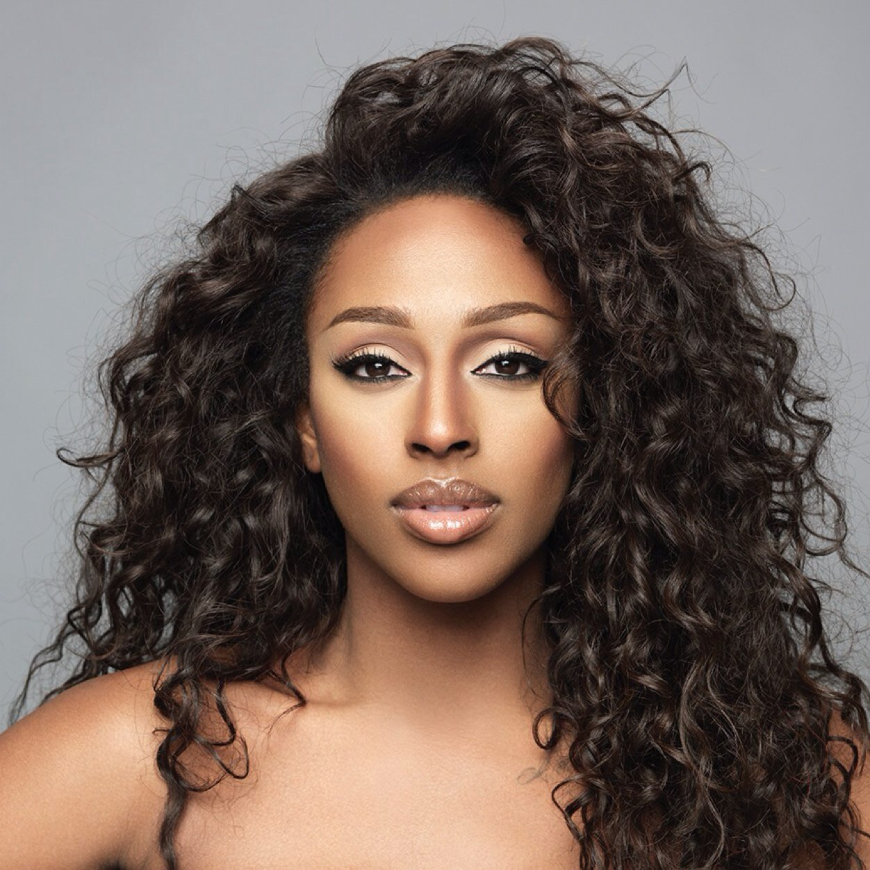 The 29-year old daughter of father (?) and mother Melissa Bell, 163 cm tall Alexandra Burke in 2018 photo