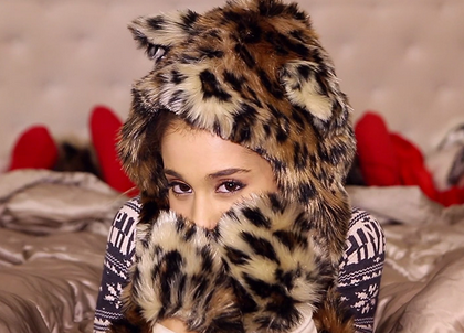 new video ariana grande santa tell me that grape juice